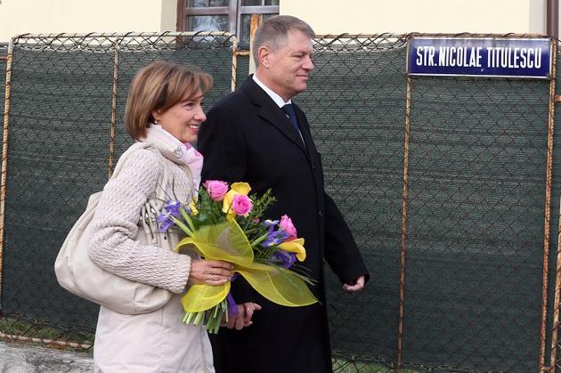 Candidatul ACL la Presedintie, Klaus Iohannis, impreuna cu sotia sa, Carmen, pleaca de la Scoala nr. 4 din Sibiu, dupa ce a votat pentru alegerile prezidentiale, duminica, 2 noiembrie 2014. MIRCEA ROSCA / MEDIAFAX FOTO